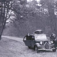Laura Escalante, Julio E. Suárez (Peloduro) y José Pedro Díaz, en algún punto del norte de Francia. (1951)