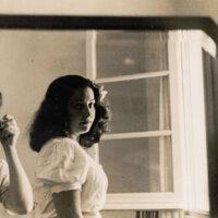 José Pedro Díaz tomando fotos a Amanda Berenguer (década del 40)