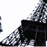Amanda Bergenguer junto a la Torre Eiffel
