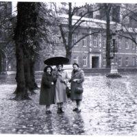 Amanda Berenguer, Laura Escalante y Amalia Nieto en Stratford – Upon - Avon, ciudad natal de William Shakespeare (Inglaterra, noviembre 1951)