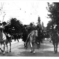 [Elías Regules encabezando un desfile que la Sociedad Criolla, 1923]