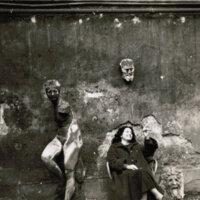 En el patio del atelier del escultor Osip Zadkine (París, febrero de 1951)